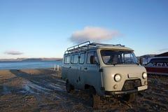 Rocznik błękitny Samochód dostawczy Parking na tundrowym arktycznym krajobrazie Zdjęcie Royalty Free