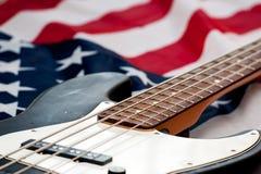 Rocznik basowa gitara na flaga amerykańskiej tle Zdjęcie Stock