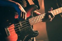 Rocznik basowej gitary stonowany gracz Zdjęcie Stock