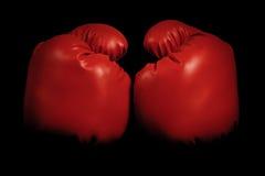 Rocznik bokserskie rękawiczki wyłania się od czarnego tła Obraz Stock