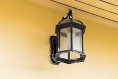 Rocznik czarna lampa na ściennym tle Fotografia Stock