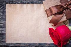 Rocznik czerwieni róży prezenta papierowy pudełko na drewnianej desce Fotografia Royalty Free