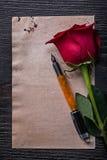 Rocznik czerwieni róży fontanny papierowy pióro na drewnianym Zdjęcie Stock