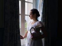 Rocznik dama przy okno obrazy royalty free