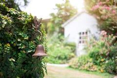rocznik dekoracji rośliny ściany miedziana dzwonkowa brama zdjęcia royalty free
