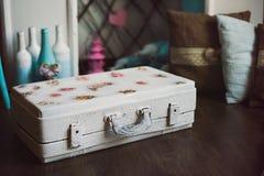 Rocznik dekoracyjna biała walizka Zdjęcie Stock