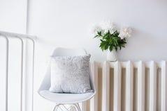 Rocznik domowa dekoracja, świeże peonie i projektanta krzesło z, Obraz Royalty Free