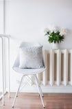 Rocznik domowa dekoracja, świeże peonie i projektanta krzesło z, Obrazy Royalty Free