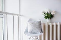 Rocznik domowa dekoracja, świeże peonie i projektanta krzesło z, Fotografia Royalty Free