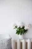 Rocznik domowa dekoracja, świeże peonie i projektanta krzesło z, Zdjęcie Stock