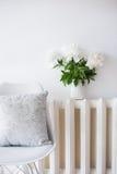 Rocznik domowa dekoracja, świeże peonie i projektanta krzesło z, Zdjęcie Royalty Free