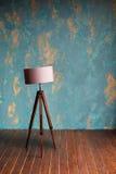 Rocznik drewniana lampa blisko zielonej tynk ściany zdjęcia royalty free