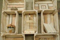 Rocznik drewniana półka z książki klatki suchymi kwiatami Fotografia Stock