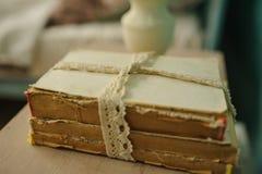 Rocznik drewniana półka z książki klatki suchymi kwiatami Zdjęcie Royalty Free