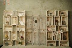Rocznik drewniana półka z książki klatki suchymi kwiatami Obraz Royalty Free