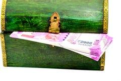Rocznik drewniana szkatuła od India z rupii notatkami Fotografia Stock