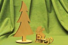 Rocznik drewniane zabawki Choinka, stylizowany sanie i anioł figurka z bożymi narodzeniami, gramy główna rolę na zielonym tkaniny fotografia stock