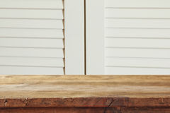 rocznik drewnianej deski stół przed starym drewnianym tłem Przygotowywający dla produktu pokazu montaży Zdjęcia Stock