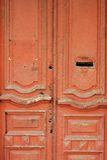 Rocznik drewniany drzwi malująca czerwień z listowego pudełka dziurą Zdjęcia Royalty Free