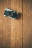 Rocznik ekranowa kamera na drewnianym stole zdjęcia royalty free