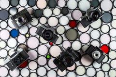 Rocznik ekranowe kamery kłamają na tle barwiący szklani fotograficzni filtry obraz stock