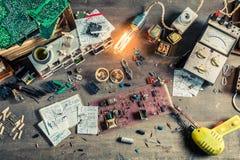 Rocznik elektronika pracy biurko w szkolnym lab zdjęcia stock