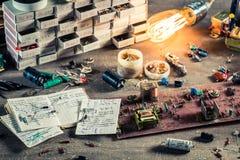 Rocznik elektronika warsztatowe w szkolnym lab zdjęcie stock
