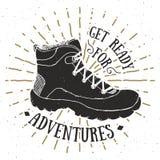 Rocznik etykietka, grunge textured ręka rysująca retro koszulki typografia, odznaka projekt z wycieczkować but, lub, trekking but royalty ilustracja