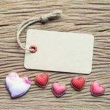 Rocznik etykietka z sercami na drewnianej teksturze dla valentine i weddin Zdjęcia Royalty Free