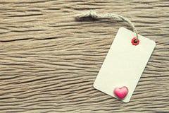Rocznik etykietka z sercem na drewnianej teksturze dla valentine i ślubu Zdjęcie Royalty Free