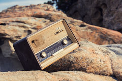 Rocznik fasonujący stary radio na plaży Zdjęcie Royalty Free