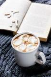 Rocznik filiżanka gorący kakao lub gorąca czekolada z marshmallows zdjęcia royalty free