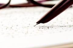 Rocznik fontanny pióro pisze liście, szkła za zdjęcia royalty free