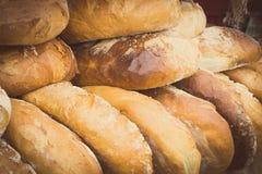 Rocznik fotografia, Świeżo piec tradycyjni żyto chleb na kramu bochenki Zdjęcie Stock