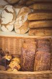 Rocznik fotografia, Świeżo piec tradycyjni żyto chleb na kramu bochenki Fotografia Royalty Free