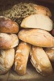Rocznik fotografia, Świeżo piec tradycyjni żyto chleb na kramu bochenki fotografia stock