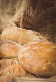 Rocznik fotografia, Świeżo piec tradycyjni żyto chleb na kramu bochenki zdjęcie royalty free