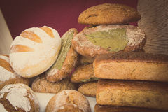 Rocznik fotografia, Świeżo piec tradycyjni żyto chleb na kramu bochenki Obraz Royalty Free