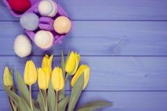 Rocznik fotografia, bukiet świezi tulipany i Wielkanocni jajka, zawijaliśmy woolen sznurek, Wielkanocna dekoracja, kopii przestrz Zdjęcie Royalty Free