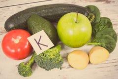Rocznik fotografia, owoc i warzywo zawiera witaminę K, potas, naturalne kopaliny i żywienioniowy włókno, obrazy royalty free