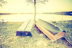 Rocznik fotografia piękny zmierzch nad spokojnymi jeziora i rybaka łodziami Zdjęcie Royalty Free