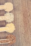 Rocznik fotografia, Różnorodni groats, brązów ryż, ziarna, zdrowy i gluten bezpłatny jedzenie, quinoa, kopii przestrzeń dla tekst zdjęcie stock