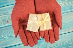 Rocznik fotografia, ręki kobieta w rękawiczkach z prezentami dla bożych narodzeń lub inny świętowanie, Zdjęcie Royalty Free