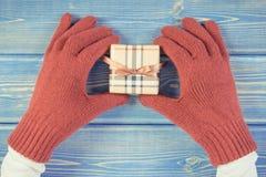 Rocznik fotografia, ręki kobieta w rękawiczkach z prezentem dla bożych narodzeń lub inny świętowanie, Obrazy Royalty Free
