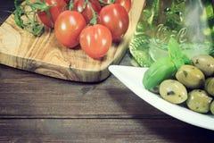 Rocznik fotografia zielone oliwki i pomidory Zdjęcia Royalty Free