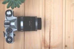 Rocznik fotografii kamera na drewnianym tle obraz stock