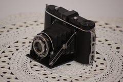 Rocznik fotografii kamera na koronkowym tablecloth Obrazy Stock