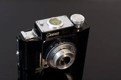 Rocznik fotografii kamera na lustrzanym stole zdjęcia stock