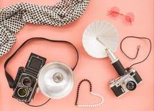 Rocznik fotografii kamery na różowym tle obraz royalty free