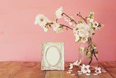 Rocznik fotografii pusta rama obok wiosna kwiatów Fotografia Stock